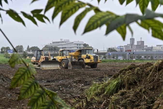Bulldozers zijn gearriveerd, als voorbodes van de megaloods in Maastricht