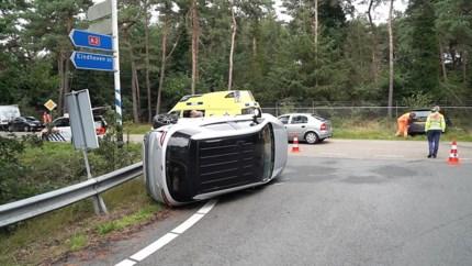 Auto met vrouw en kinderen belandt op zijkant na botsing bij toerit A2 in Nederweert
