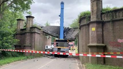 Viaduct deels ingestort in Maastricht; opengeklapte hijskraan rijdt ertegenaan