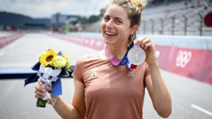 Uneken wint derde etappe Ladies Tour na massale valpartij, Reusser behoudt leiderstrui