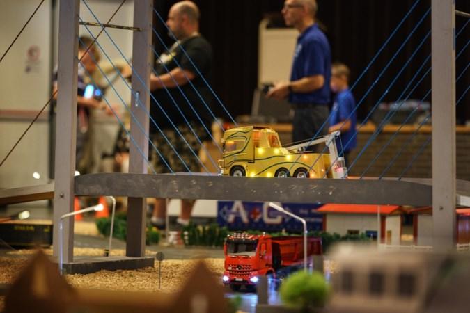 Schaalmodel vrachtwagens rijden door miniatuurlandschap over de vloer van het Maaslandcentrum in Elsloo
