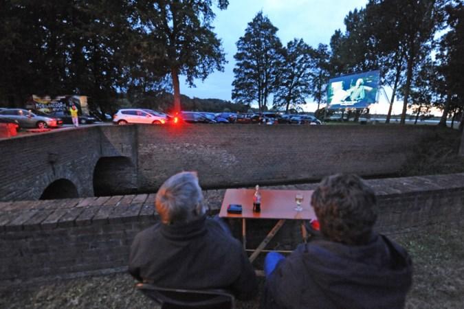 Frisse wind maar geen regen tijdens filmvoorstelling op de kasteelplaats van Geijsteren