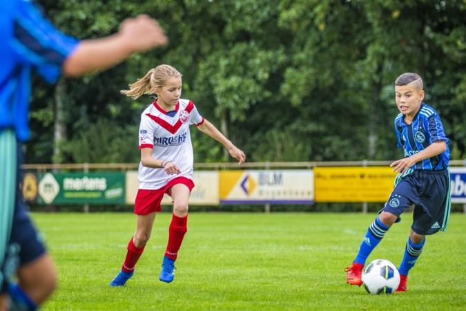 Yara Willems is het eerste meisje dat voetbalt op het MVC TOP Toernooi in Maasbree