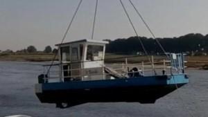 Gerepareerd voetveer bij Grevenbicht ligt weer in het water, maar vaart nog niet wegens zandbank