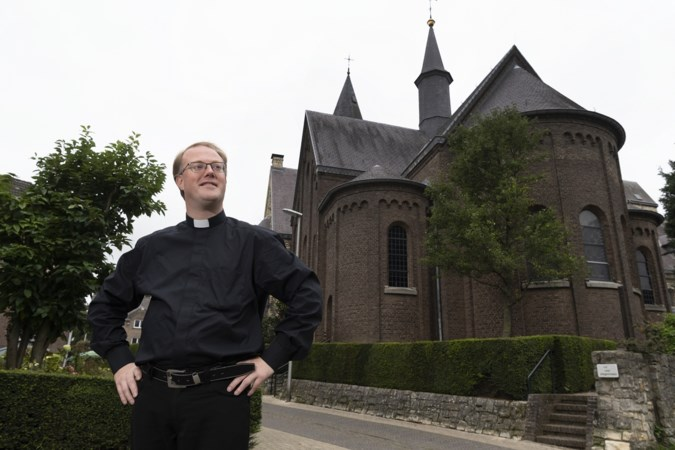 Hossende kapelaan Rick Blom vond met vasteloavend een podium voor een krimpende kerk
