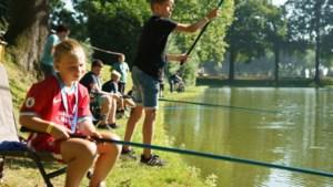 Jeugd maakt in Limbricht kennis met vissport: 'Met een vaste hengel is het elke tien minuten beet'