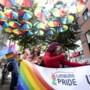 Vrolijke regenboogwandeling op sambamuziek in zonnig Heerlen