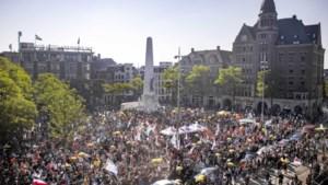 10.000 demonstranten op de Dam, gemeente Amsterdam roept op niet meer te komen