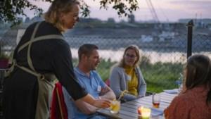 Speeddaten op een romantisch terrasje langs het water in Berg aan de Maas, maar dan in groepsverband