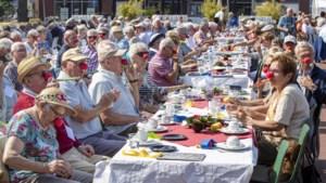 Vijfhonderd senioren schuiven na donkere coronatijd aan bij brunch op kerkplein