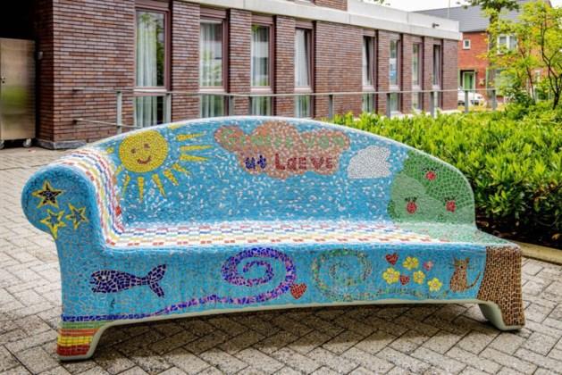 Kunstproject Social Sofa van Sevagram Verwenzorg.