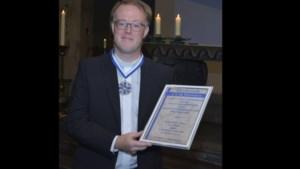 Vertrekkende kapelaan en raad van elf-lid Rick Blom krijgt eerbetoon van Vlavrèters