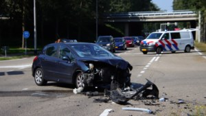 Vrouw gewond na forse aanrijding in Venlo, weg bezaaid met brokstukken