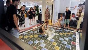 Nederlands leren op een levensgroot Scrabble-bord in de Venlose stadsbibliotheek
