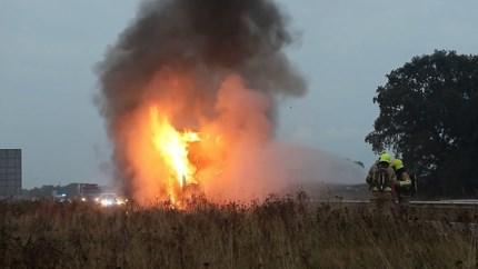 Video: Vrachtwagencabine brandt volledig uit op snelweg A77; bestuurder ontsnapt aan vlammen