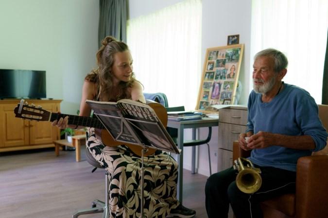 Astrid bezorgt mensen met dementie geluksmomentjes met muziektherapie: 'Ik zie mensen weer zichzelf worden'