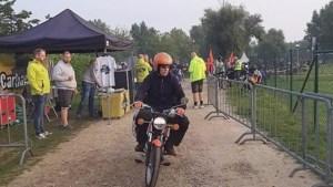 Op een oude bromfiets naar Zuid-Frankrijk: 400 stoere mannen en vrouwen zijn onderweg vanuit Limburg