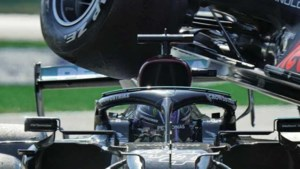 Buitenlandse media: 'Lewis Hamilton ontsnapt aan dood na 'angstaanjagende' crash met Max Verstappen'