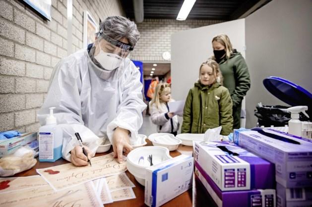 Minder positieve coronatests, ziekenhuisopnames en sterfgevallen de afgelopen week, meer kinderen positief getest