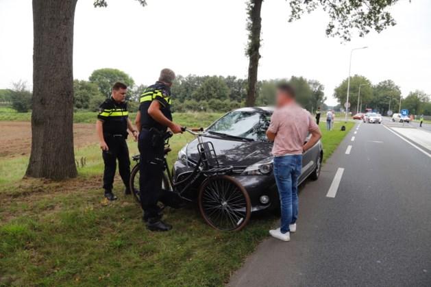 Jonge fietsster gewond naar ziekenhuis na aanrijding met auto