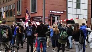 Ministerie van Justitie afgesloten vanwege protest, ook NOS-satellietwagen belaagd