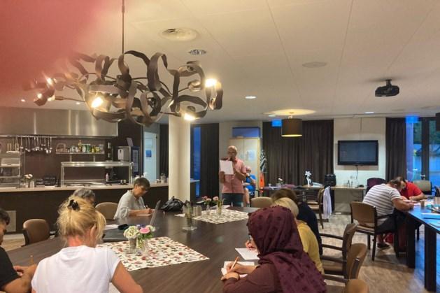Wethouder Thijs Gulpen leest dictee voor in Taalcafé