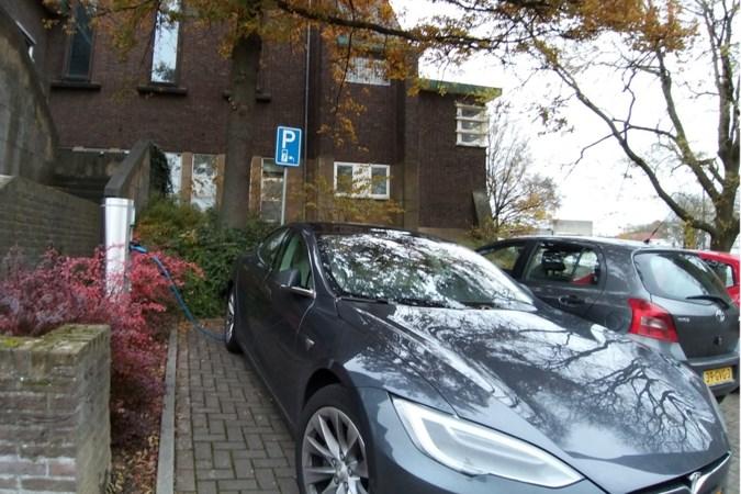 Laadpaal voor elektrische auto's bij gemeentehuis van Gulpen wordt verplaatst naar plek buiten blauwe zone