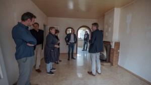 In Lauradorp kijkt het land mee hoe een mijnwerkershuisje van bijna een eeuw oud wordt opgeknapt
