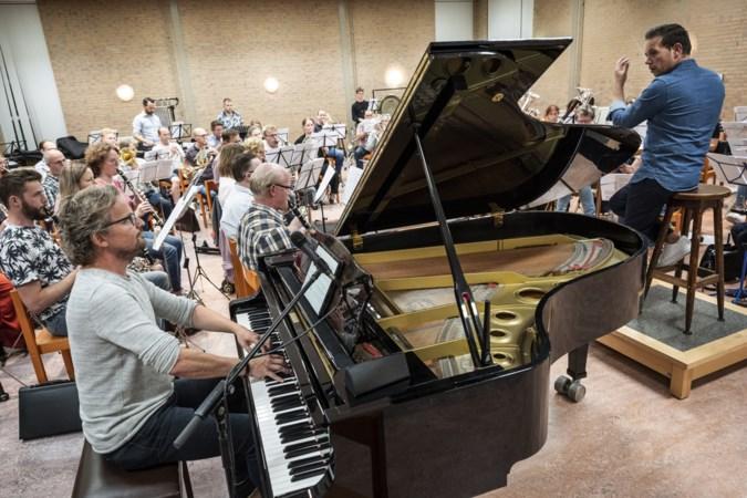 Pianist Rob Mennen slingert 'hermenie en fanfaar' weer aan met muziekshow 'Op verzeuk op bezeuk'