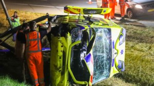 Ambulance onderweg naar spoedgeval crasht in sloot naast A2