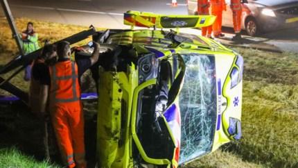 Video: Ambulance onderweg naar spoedgeval crasht in sloot naast A2