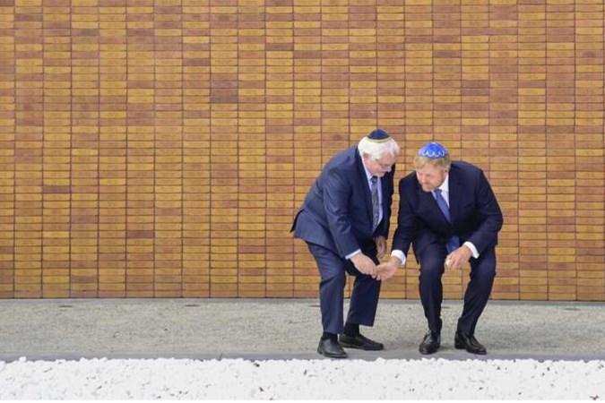 Onthulling Holocaustmonument ontroert: 'Het overvalt je omdat het zo tastbaar is'