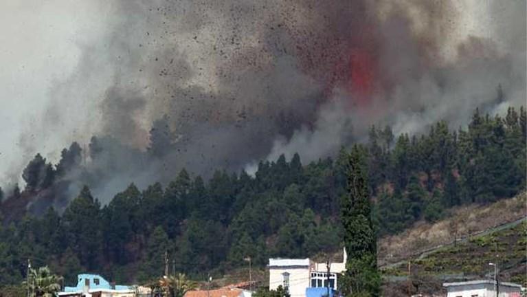 Vulkaan barst uit op Canarische Eilanden, lavastroom dringt huizen binnen