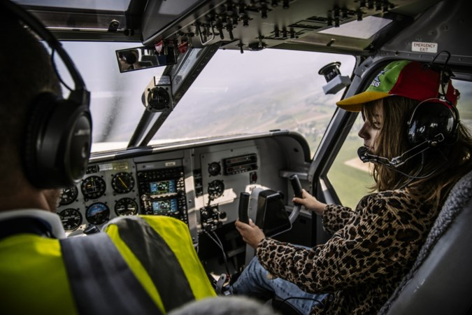 Zieke kinderen beleven dag van hun leven boven Zuid-Limburg; 'Thuis gaat hij fladderen en maakt hij vlieggeluiden van vreugde'
