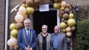 Burgemeester Maasgouw feliciteert echtpaar uit Maasbracht met diamanten huwelijk