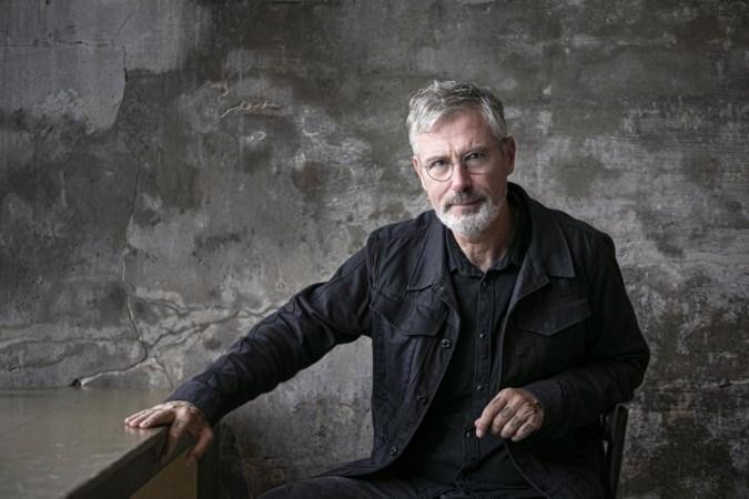 Eric Corton gooide het roer om en heeft nu zijn eerste roman geschreven: 'Mist'
