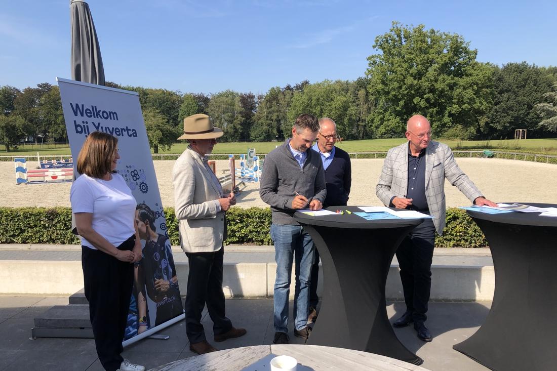 Studenten paardenopleiding naar stal Ehrens in Weert voor praktijklessen - De Limburger