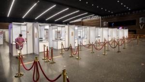 Nog één keer binnenkijken in de vaccinatiehal in Kerkrade: na 239.320 prikken gaan de deuren dicht