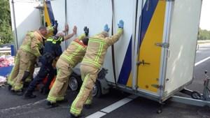 Video: Kermisattractie strandt bij ongeval op A2: knuffels op snelweg