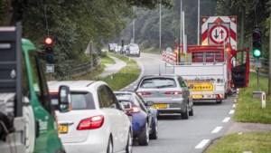 Slecht nieuws voor automobilisten: het vervelende gat in de weg bij Reuver blijft nog wel even liggen