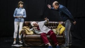 Veldeke Theater neemt je mee in verwarrende gedachten van dementerende vader: 'Ook als publiek raak je soms de draad kwijt'