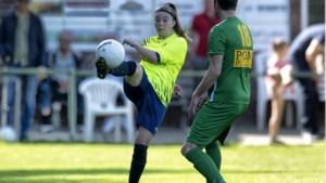 Mandy durft als een van de weinige vrouwen stap naar het mannenvoetbal wel aan: 'De tegenstander vond het wel stoer'