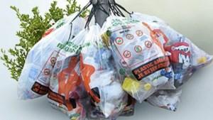 Haakjes voor afvalzakken met plastic aan lantaarnpalen in Valkenburg