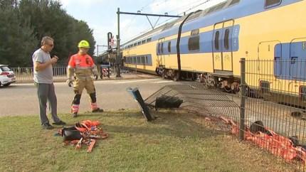 Intercity ramt oplegger vrachtwagen op spoorwegovergang in Blerick