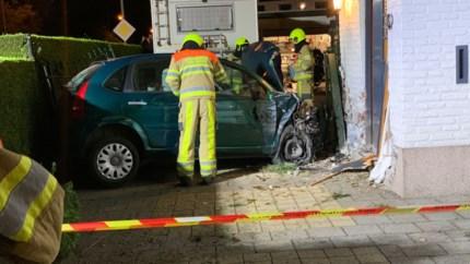 Auto eindigt tegen woning bij achtervolging in Eijsden: enorme ravage