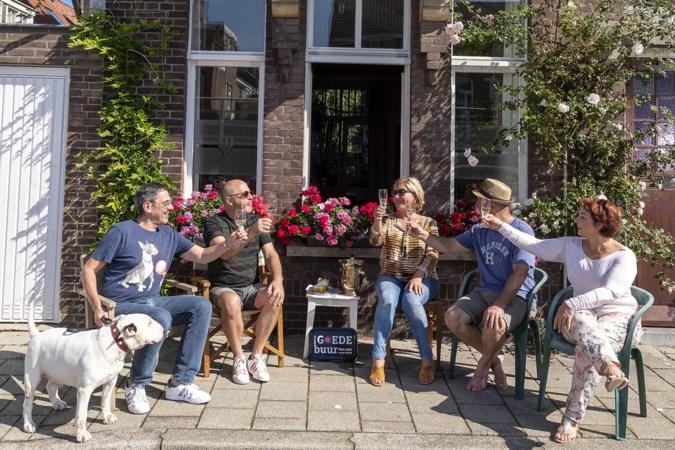Buren in het zonnetje op deze Burendag: Op de stoep lekker met elkaar wijnen