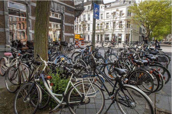 Handhavers gemeente Maastricht verwijderen  achtergelaten fietsen uit Stationsstraat in Wyck
