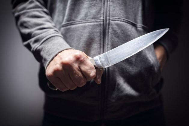 Jongeman steekt slachtoffer met mes in de voet