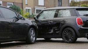 Auto aangereden bij verlaten oprit in Voerendaal