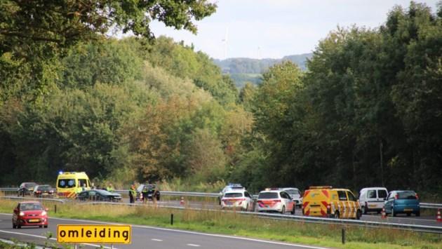 Auto botst tegen vangrail op A79: snelweg enige tijd volledig dicht